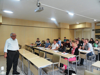 Dr. Mankad interacts with the German students during his session