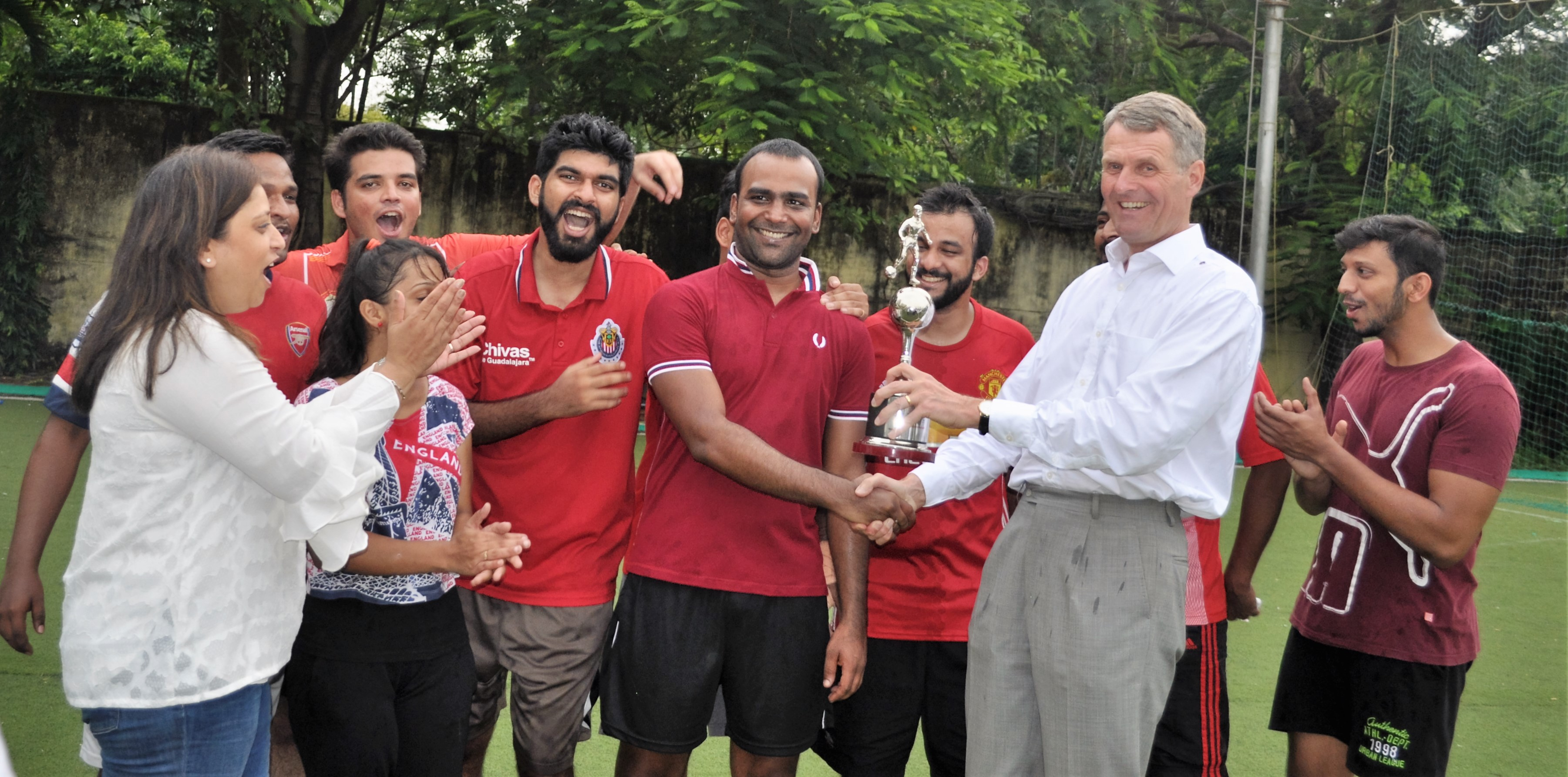 Mr Bernhard Steinruecke, Director General IGCC and Ms. Radhieka Mehta, Director IGTC, handover the trophy to the winning team.